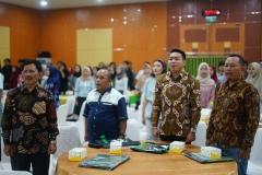 Menyanyikan Lagu Indonesia Raya dan Mars UNAS