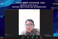 Dosen Prodi Hubungan Internasional FISIP Unas, Dr. Robi Nurhadi  sedang menjelaskan materinya  dalam seminar Internasional Prodi Hubungan Internasional.