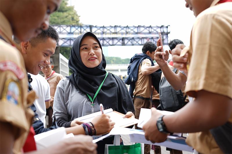 Keseruan Tim Marketing & Public Relations UNAS dengan para pengunjung