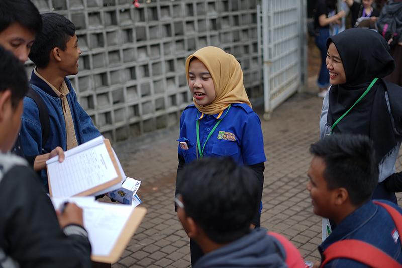 Tim Marketing & Public Relations UNAS sedang menjelaskan tentang unas ke para peserta yang datang