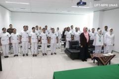 mahasiswa-dosen-dan-tamu-undangan-menyanyikan-lagu-Kebangsaan-Indonesia-Raya-dan-Mars-UNAS