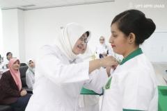 pemakaian-name-tag-secara-simbolis-dari-Dekan-FIKES-Dr.-Retno-Widowati-M.Si_.-kepada-mahasiswa-profesi-Ners
