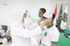 pemakaian-topi-secara-simbolis-dari-Dekan-FIKES-Dr.-Retno-Widowati-M.Si_.-kepada-salah-satu-mahasiswa-profesi-ners
