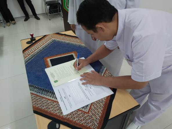 Penandatangan Naskah janji mahasiswa oleh perwakilan mahasiswa (Sopyan Hadireza, S. Kep)