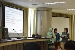 pemateri ketika sedang presentasi dan didampingi dengan penerjemah