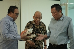 pemberian-buku-dari-pembicara-Dr.-M.-Alfan-Alfian-kiri-kepada-Wakil-Rektor-Bidang-Wakil-Rektor-Bidang-Kemahasiswaan-Dr.-Drs.-Zainul-Djumadin-M.Si-kanan