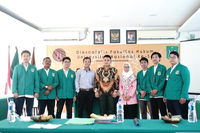 Foto bersama peserta debat dan juri