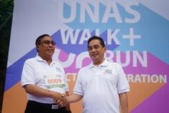 Mentri Perdagangan Agus Suparmanto memberikan Selamat kepada Ketua Pengurus YMIK