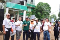 Para peserta Fun Walk & Fun Run berforo bersama dengan Walikota Jakarta Timur M. Anwar, SSi, MAP