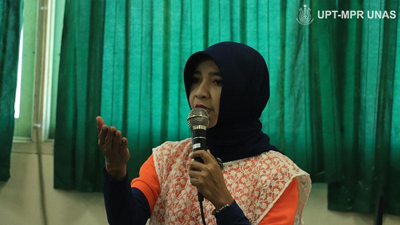 Dr.-Fauziah-S.Kom_.-MMSI-memeberikan-materi-kepada-guru-pendamping-sebagai-langkah-Pengabdian-Masyarakat