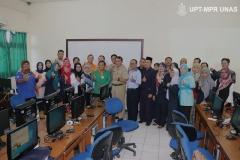 Sesi-foto-bersama-panitia-OSN-dengan-guru-pendamping