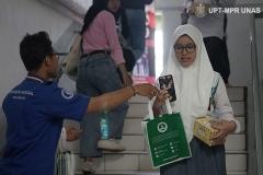 Siswa-peserta-OSN-mendapatkan-cinderamata-oleh-UNAS