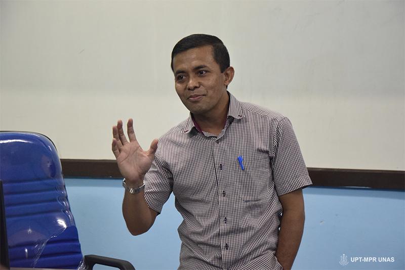 Sutikman S.T.M. Kom saat menjelaskan tentang pengololaan web dasar.