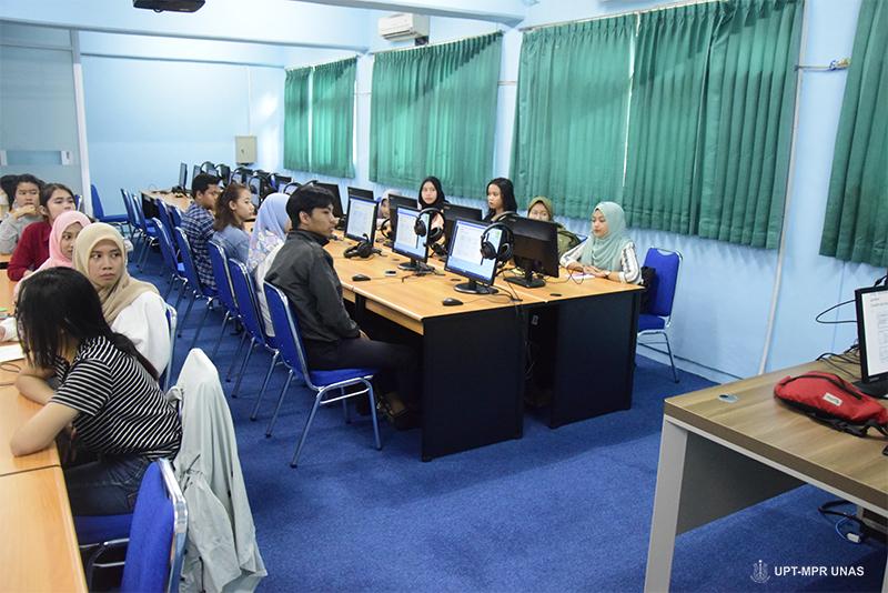 Para mahasiswa dan para dosen saat mengikuti pelatihan dasar web dasar dan media sosial.