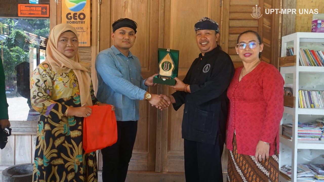 Penyerahan plakat dari fakultas kepada kepala adat yang diwakili Pak Alber Tanjung, S.H.M.Kn.C.L.A didampingi Ibu Afnaini, S.H.,M.Si dan Abah Asep Nugraha di dampingi Ambu Noorhasanah
