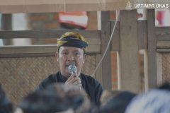 Penyampaian materi sejarah kasepuhan sinar resmi oleh abah Asep Nugraha selaku kepala adat kasepuhan Sinarresmi
