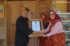 Pemberian ucapan terimakasih dari kepala adat kasepuhan sinar resmi (abah asep nugraha) kepada pihak fakultas yang di wakili Ibu Hj. Ermasyanti S.M.M.Hum