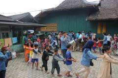 mahasiswa sosiologi bermain dengan anak-anak kampung adat kiarapandak