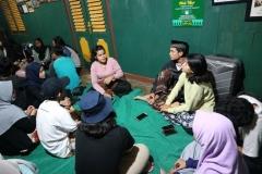 peserta soc berkumpul di rumah warga suku adat kiarapandak