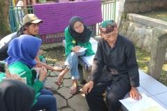 peserta soc diberi arahan oleh penduduk setempat