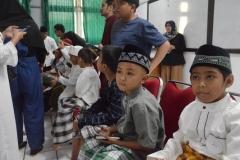 Anak anak peserta Sunat Massal sedang menunggu antrian