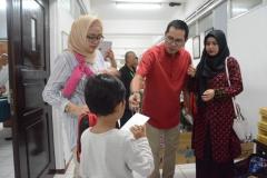 Direktur PT. Goal Prima memberikan bingkisan kepada anak-anak yang sudah selesai di Sunat