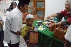 PT. Goal Prima memberikan obat dan bingkisan kepada anak-anak yang sudah selesai di Sunat