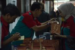 Tim dari Pusat Khitanan Parmadina mempersiapkan obat pasca Sunat