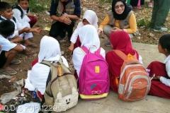 Dr. Nushasanah Haspiaini selaku dosen dan relawan dari UNAS sedang bersama anak-anak SD