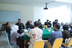 Para anggota PBH Unas sedang berdiskusi dengan peneliti