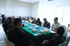 Para anggota PBH Unas sedang berdiskusi dengan peneliti (2)