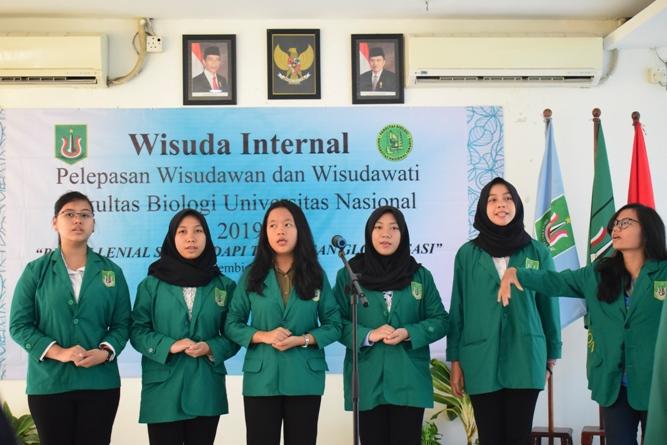 Menyanyikan lagi Kebangsaan Indonesia Raya dan Mars UNAS