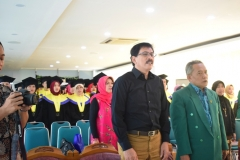 Menyanyikan lagi Kebangsaan Indonesia Raya dan Mars UNAS 2