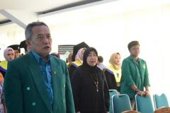 Menyanyikan lagi Kebangsaan Indonesia Raya dan Mars UNAS 3