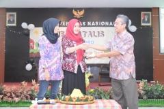 pemotongan tumpeng oleh ketua pelaksana, ketua himagro dan Dekan Fakultas Pertanian dalam acara Dies Natalis Himagro II
