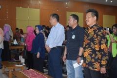 Dekan Fakultas Sastra Bapak Somadi, Pak Komaruddin, Pak Zainul dan Dosen dari Fakultas Sastra sedang menyanyikan lagu Indonesia Raya dan Mars UNAS