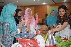 Keceriaan dari mahasiswi fakultas sastra UNAS saat melakukan lomba pembuatan tumpeng di acara Oktoberan