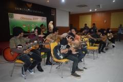 enam belas gitaris dalam acara Oktoberan saat membawakan lagu Indonesia Pusaka dan Bangun Pemudi Pemuda