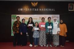foto bersama yang dilakukan oleh dosen Fakultas Sastra dan pemenang lomba tumpeng dalam acara Oktoberan