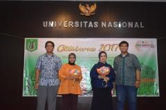 foto bersama yang dilakukan oleh dosen fakultas sastra dengan perwakilan mahasiswa dari fakultas sastra pada acara Oktoberan
