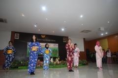 penampilan tarian tradisional Jepang oleh program studi Sastra Jepang