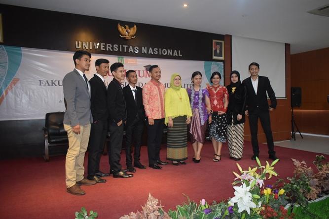 Foto bersama calon wisudawan dan wisudawati program studi Ilmu Administrasi Negara dalam acara Yudisium FISIP