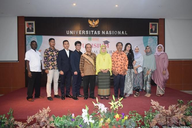 Foto bersama calon wisudawan dan wisudawati program studi Ilmu Politik dalam acara Yudisium FISIP