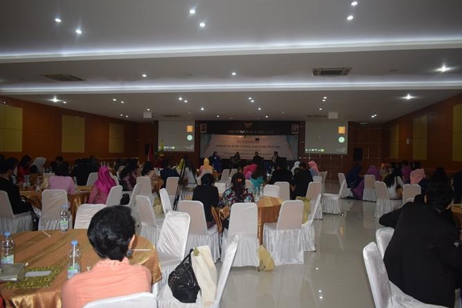 Para calon wisudawan dan wisudawati dalam acara Yudisium FISIP