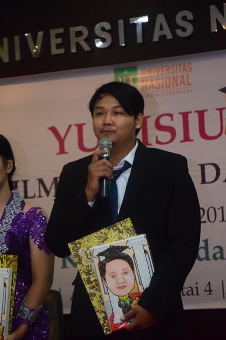Pemberian kesan dan pesan calon wisudawan oleh Ramdani Febrian selaku mahasiswa terbaik FISIP