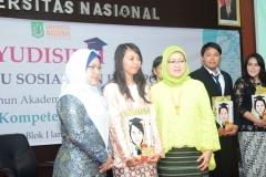Dekan FISIP dan Ibu Yayu saat berfoto bersama dengan lulusan terbaik dari program studi Ilmu Komunikasi
