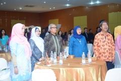 Para dosen FISIP saat menyanyikan lagu Indonesia Raya dan Mars UNAS dalam pembukaan Yudisium FISIP