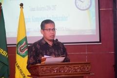 Wakil Dekan Bidang Kemahasiswaan Dr. Aris Munandar saat memberikan laporan kelulusan dalam acara Yudisium FISIP