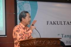 Bapak Hari Zamharir, M.Si. saat memimpin pembacaan doa dalam rangka acara Yudisium FISIP