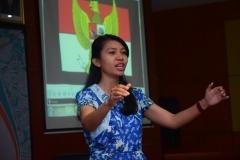 Dirigen saat memandu menyanyikan lagu Indonesia Raya dan Mars UNAS dalam kegiatan Yudisium FISIP